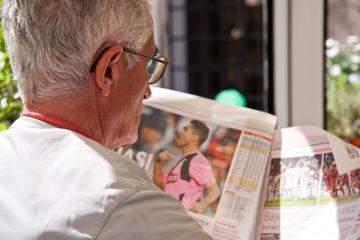 Mand med avis, Guldborgsund Frivilligcenter