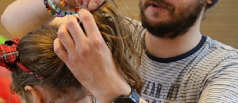 Far sætter hår – se billederne